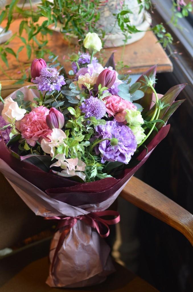 ワンサイドブーケ【素敵におまかせ】ご用途に合った最良の花をチョイスしてお作り致します。花、色合いはおまかせになります。